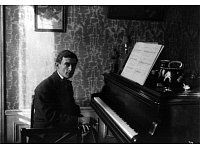 Maurice Ravel am Piano (1912). - © Library of Congress