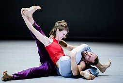 "Catherine Dagenais-Savard und Sacha Ouellette-Deguir in ""Crying-Laughing Duet""."