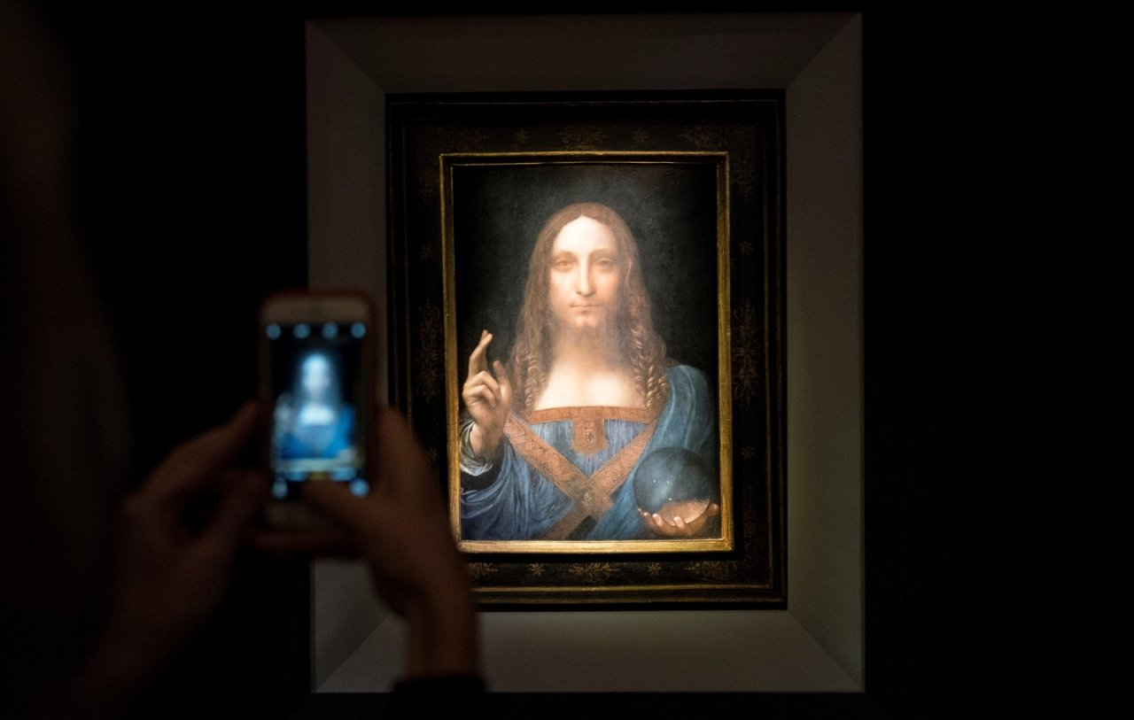 "Foto von Leonardos ""Salvator Mundi"" (datiert um 1500) im Auktionshaus Christie's in New York, wo es im November 2017 um 450,3 Millionen US-Dollar versteigert wurde. - © Getty Images"