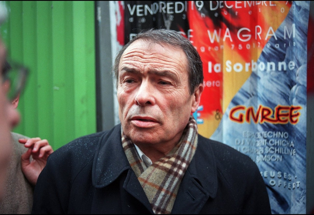 Der französische Soziologe Pierre Bourdieu (1930-2002) bei einer Demonstration in Paris, 1998. - © Yann Latronche/Gamma-Rapho via Getty Images
