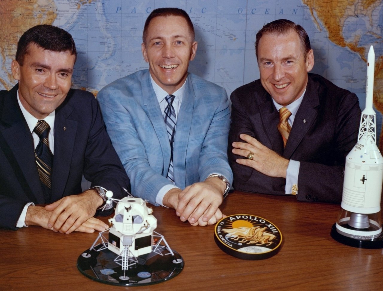 Fred Haise (l.), Jack Swigert und Jim Lovell (r.) am Tag vor dem Start. - © NASA/Kipp Teague