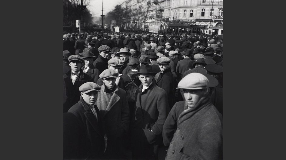 <span style=&#34;font-weight: bold;&#34;>Demonstration von Arbeitslosen, Wien 1932<br /></span> - &copy; Scottish National Portrait Gallery / Archive presented by Wolfgang Suschitzky 2004&nbsp;