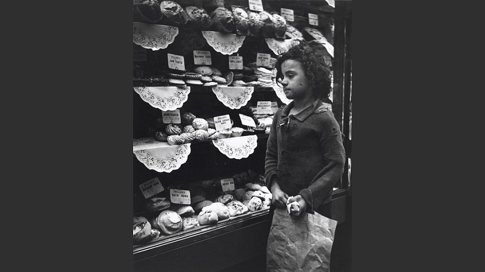 <span style=&#34;font-weight: bold;&#34;>M&auml;dchen, vor einer B&auml;ckerei, London, um 1935</span> - &copy; Scottish National Portrait Gallery / Archive presented by Wolfgang Suschitzky 2004&nbsp;