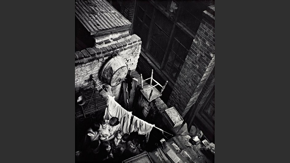 <span style=&#34;font-weight: bold;&#34;>Gee Street, Finsbury, London, um 1936</span> - &copy; Scottish National Portrait Gallery / Archive presented by Wolfgang Suschitzky 2004&nbsp;