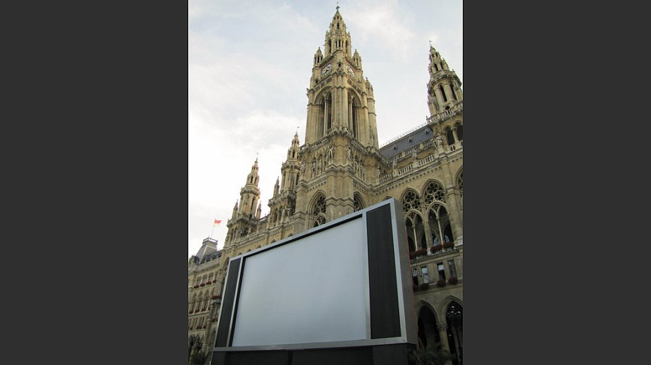 The screen stands in front of the Rathaus.