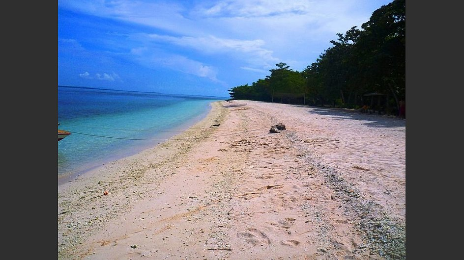 Auch rosarot kann er schimmern, wie hier am<span style=&#34;font-weight: bold;&#34;> Pink Beach auf der philippinischen Insel Great Santa Cruz.<br /></span> - &copy; Wowzamboangacity, CC BY 3.0, <a href=&#34;https://commons.wikimedia.org/w/index.php?curid=12627178&#34; target=&#34;_blank&#34;>https://commons.wikimedia.org/w/index.php?curid=12627178</a>&nbsp;