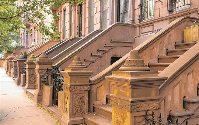 Bedrohtes architektonisches Erbe New Yorks: typische Brownstone-Townhouses. - © Mike Tauber / Getty Images