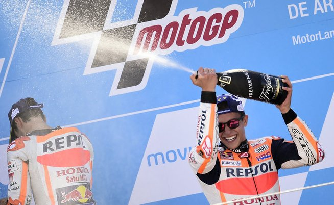 Repsol Honda Team's Spanish rider Marc Marquez celebrates on the podium winning the MOTO GP race of the Moto Grand Prix of Aragon at the Motorland circuit in Alcaniz on September 24, 2017. / AFP PHOTO / JOSE JORDAN - © AFP