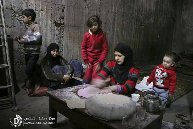 Brotbacken in einem Untergrund-Versteck in Ost-Ghouta. - © APAweb/AP, Syrian Damascus Media Center