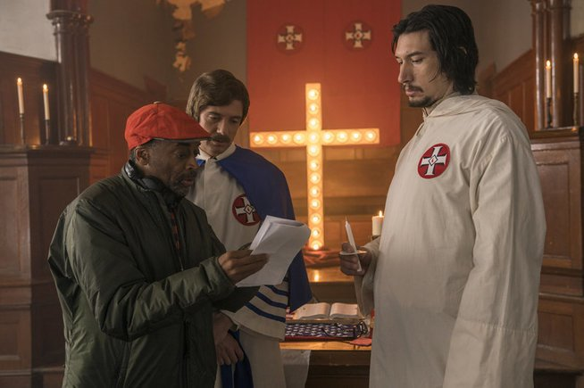 "Regisseur Spike Lee mit Topher Grace und Adam Driver (r.) am Set von ""BlacKkKlansman"". - © APAweb, ap, David Lee/Focus Features"